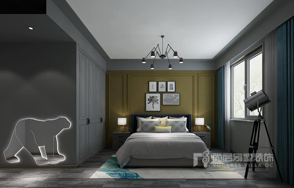 少许墨绿色的欧式护墙板把欧式风格凹凸的线条带入主卧